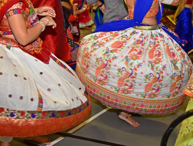 Κορίτσια που φορούν το παραδοσιακό ινδικό φόρεμα που εκτελεί το χορό garba και dandiya κατά τη διάρκεια της περίληψης φεστιβάλ Na στοκ εικόνα με δικαίωμα ελεύθερης χρήσης