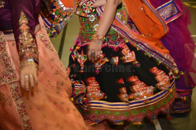 Κορίτσια που φορούν το παραδοσιακό ινδικό φόρεμα που εκτελεί το χορό garba και dandiya κατά τη διάρκεια της περίληψης φεστιβάλ Na στοκ φωτογραφίες με δικαίωμα ελεύθερης χρήσης