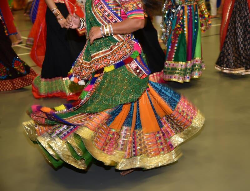 Κορίτσια που φορούν το παραδοσιακό ινδικό φόρεμα που εκτελεί το χορό garba και dandiya κατά τη διάρκεια της περίληψης φεστιβάλ Na στοκ εικόνες