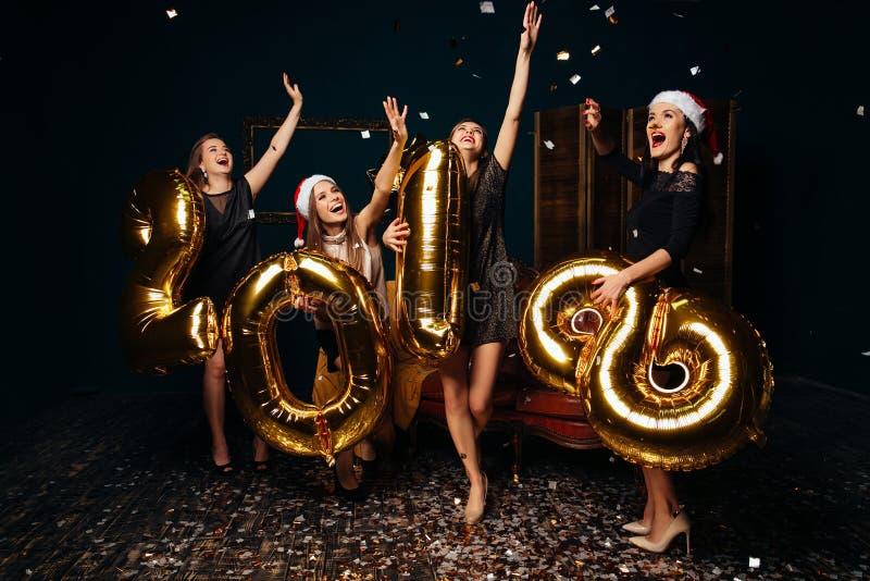 Κορίτσια που χορεύουν στον εορτασμό του νέου έτους στοκ φωτογραφία