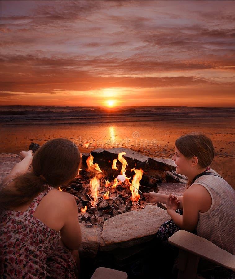 Κορίτσια που ψήνουν marshmallows υπαίθρια στοκ εικόνα με δικαίωμα ελεύθερης χρήσης