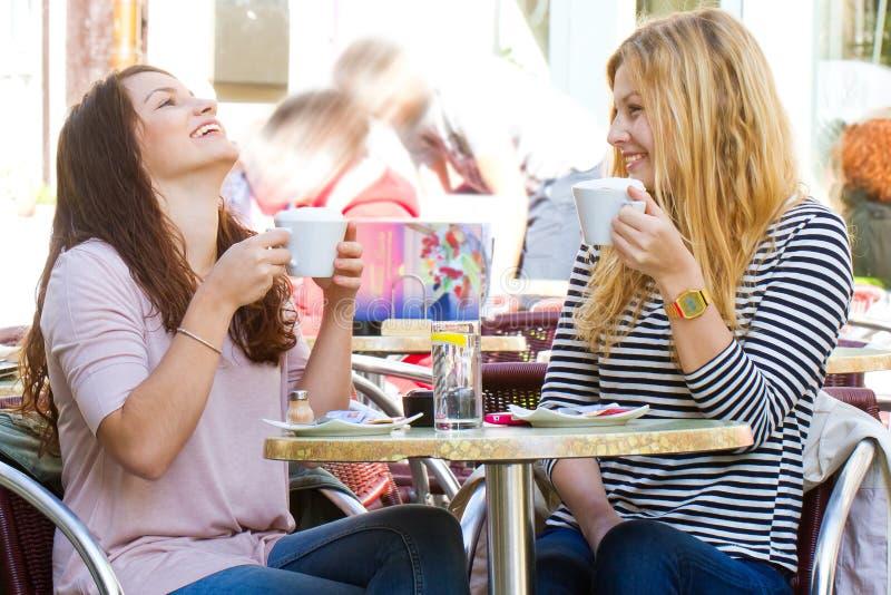 Κορίτσια σε έναν καφέ στοκ εικόνες με δικαίωμα ελεύθερης χρήσης