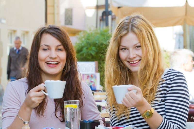 Κορίτσια σε έναν καφέ στοκ φωτογραφίες