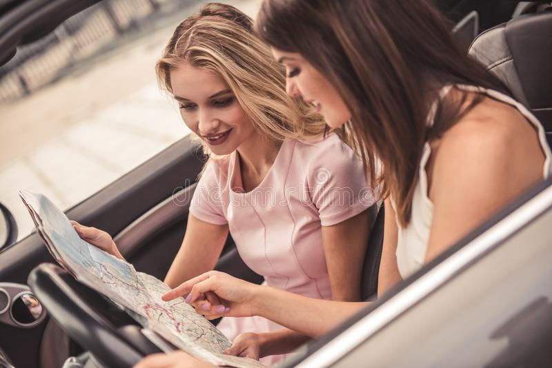 Κορίτσια στο αυτοκίνητο στοκ εικόνες
