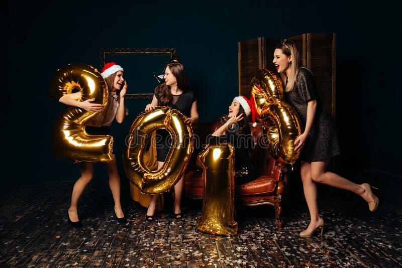 Κορίτσια στο νέο κόμμα έτους στοκ εικόνα με δικαίωμα ελεύθερης χρήσης