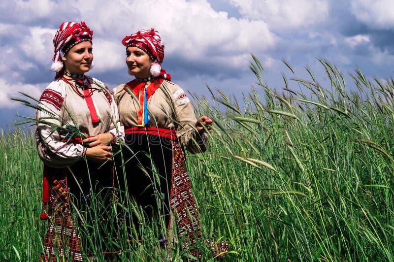 Κορίτσια στο της Λευκορωσίας λαϊκό κοστούμι στην αναδημιουργία του λαϊκού ebrard στην περιοχή Gomel στοκ εικόνα