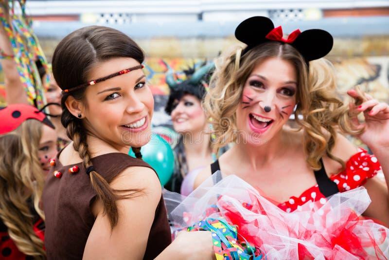 Κορίτσια τη ροδαλή Δευτέρα που γιορτάζουν γερμανικό Fasching καρναβάλι στοκ φωτογραφία με δικαίωμα ελεύθερης χρήσης
