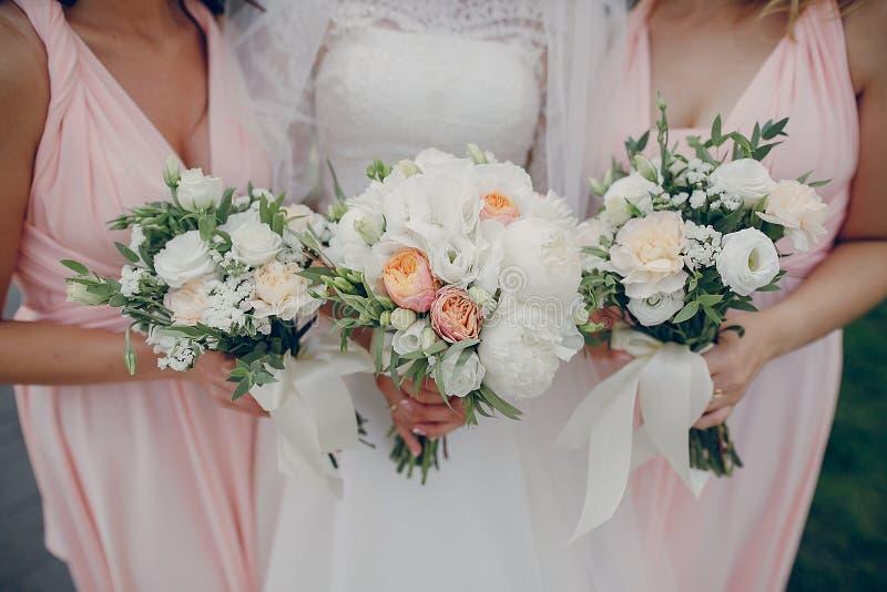 κορίτσια τρία λουλουδιών στοκ εικόνες