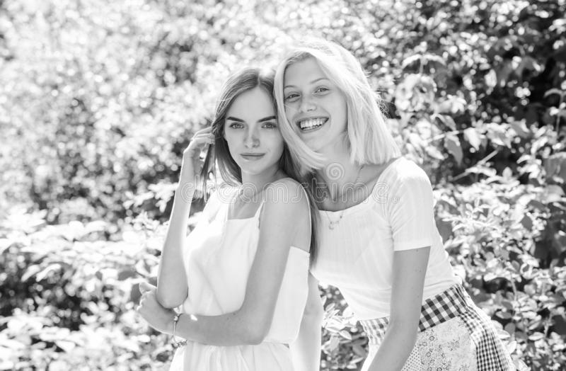 Κορίτσια φίλοι φύση φόντο Φιλικές στενές σχέσεις Αποκάλυψη και ειλικρίνεια Αξιόπιστη επικοινωνία φίλων στοκ εικόνες
