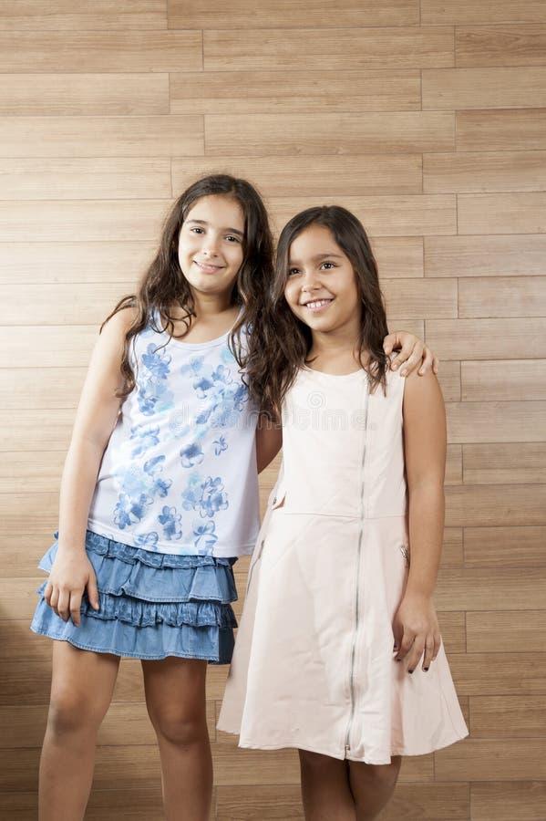 κορίτσια δύο νεολαίες στοκ εικόνα