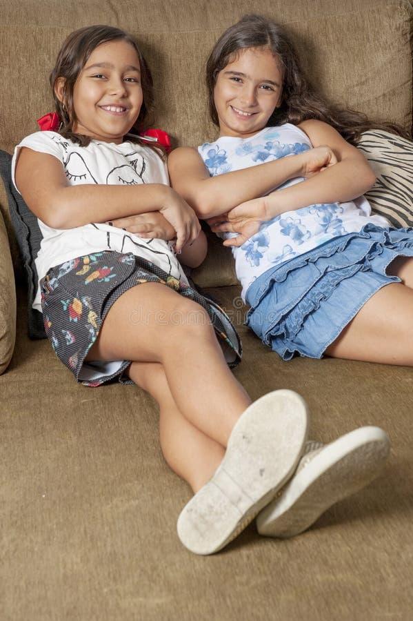 κορίτσια δύο νεολαίες στοκ φωτογραφία