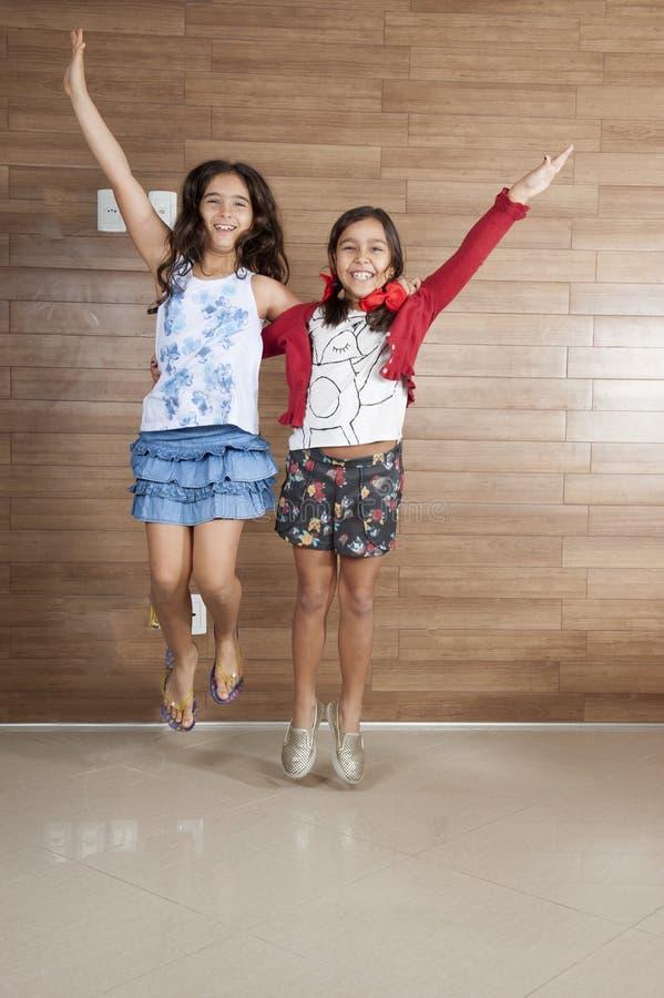 κορίτσια δύο νεολαίες στοκ εικόνες