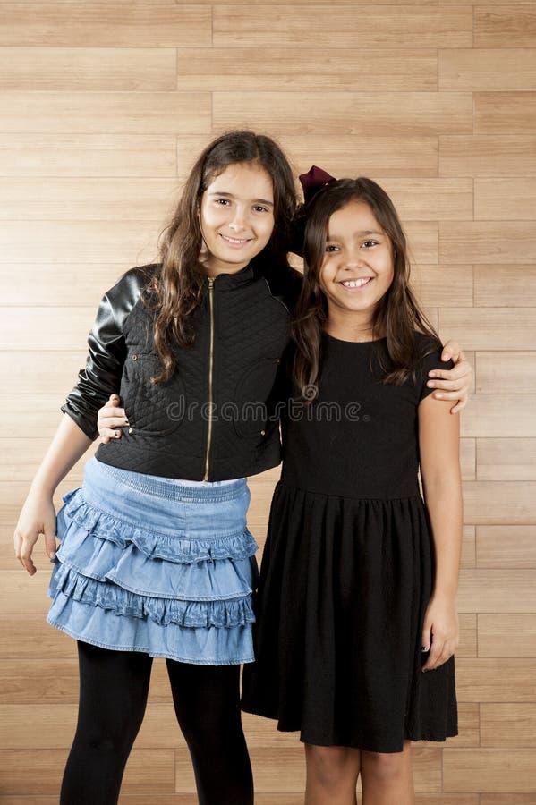 κορίτσια δύο νεολαίες στοκ φωτογραφίες