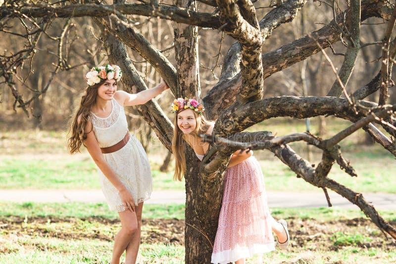 Κορίτσια, floral στεφάνι και δάσος άνοιξη στοκ φωτογραφία