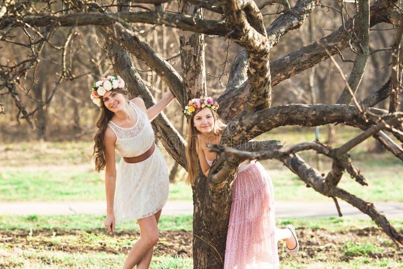 Κορίτσια, floral στεφάνι και δάσος άνοιξη στοκ φωτογραφία με δικαίωμα ελεύθερης χρήσης