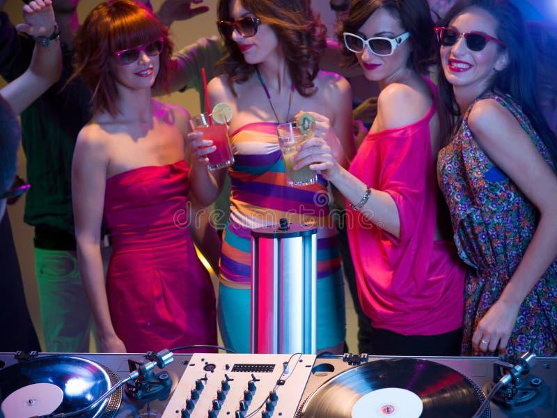 Κορίτσια nght έξω σε ένα νυχτερινό κέντρο διασκέδασης στοκ φωτογραφίες με δικαίωμα ελεύθερης χρήσης