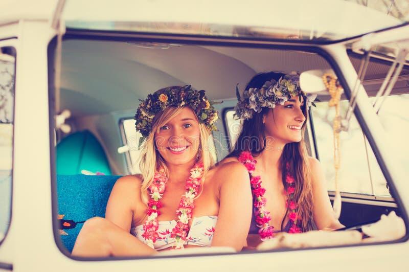 Κορίτσια Surfer τρόπου ζωής παραλιών στο εκλεκτής ποιότητας φορτηγό κυματωγών στοκ φωτογραφία