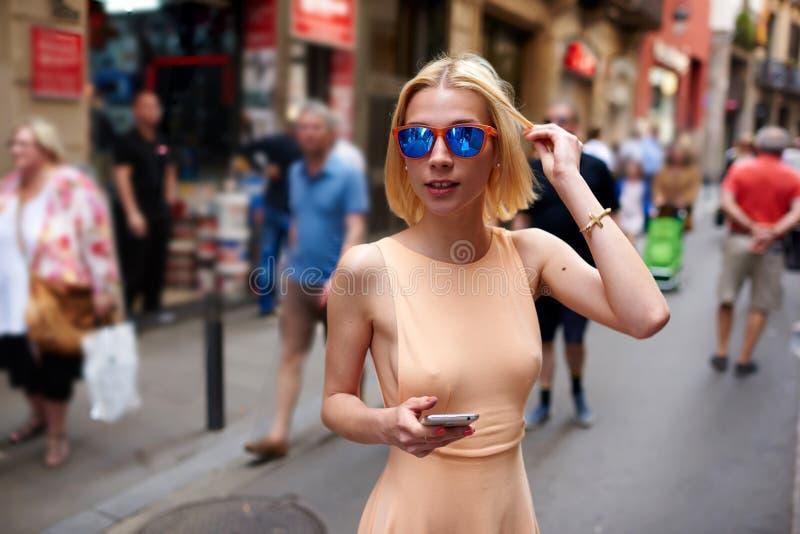 Κορίτσι Ð ¡ Ute hipster με το προκλητικό σώμα strolling υπαίθρια στοκ εικόνα με δικαίωμα ελεύθερης χρήσης