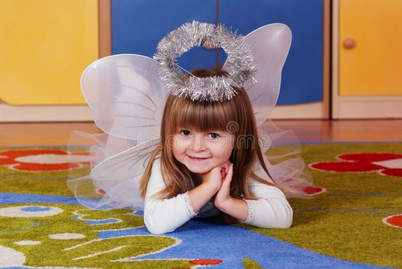 Κορίτσι δέντρο-έτους που παίζει και που μαθαίνει στον παιδικό σταθμό στοκ εικόνες