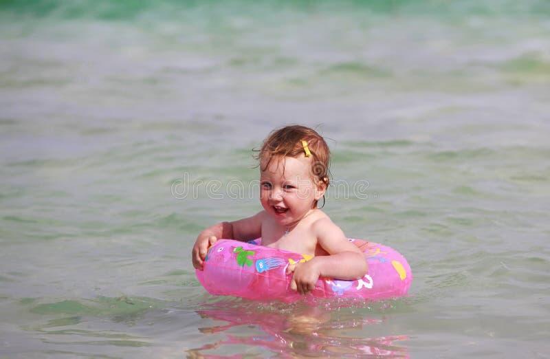 κορίτσι λίγη θάλασσα στοκ εικόνα