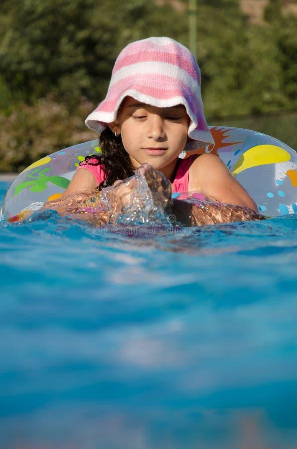 κορίτσι λίγη κολύμβηση λι στοκ φωτογραφία