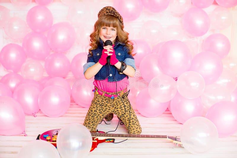 κορίτσι λίγο μικρόφωνο στοκ φωτογραφία με δικαίωμα ελεύθερης χρήσης