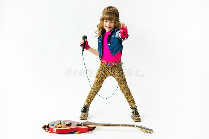 κορίτσι λίγο μικρόφωνο στοκ εικόνες