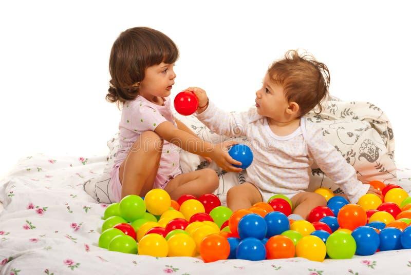 Κορίτσι αγοράκι και μικρών παιδιών με τις σφαίρες στοκ φωτογραφία με δικαίωμα ελεύθερης χρήσης