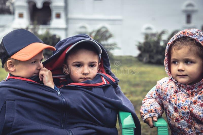 Κορίτσι αγοριών παιδιών που φαίνεται μαζί ανταγωνισμός ενότητας αγάπης φιλίας παιδικής ηλικίας έννοιας στοκ φωτογραφία με δικαίωμα ελεύθερης χρήσης