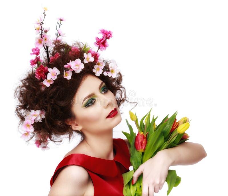 Κορίτσι ανοίξεων ομορφιάς με το ύφος τρίχας λουλουδιών Όμορφο πρότυπο woma στοκ εικόνα