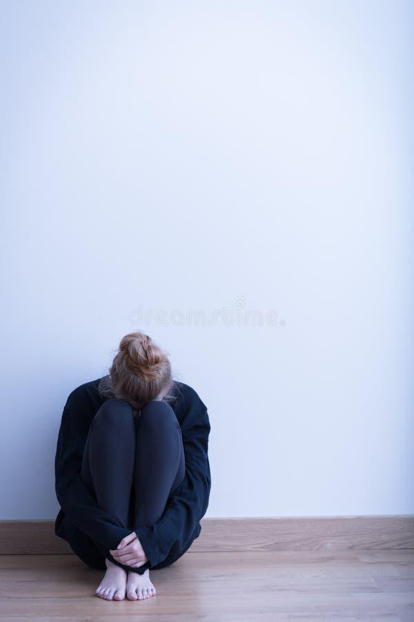 Κορίτσι απελπισίας στο κενό δωμάτιο στοκ φωτογραφίες με δικαίωμα ελεύθερης χρήσης
