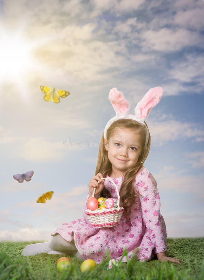 κορίτσι αυγών Πάσχας λίγα στοκ φωτογραφίες