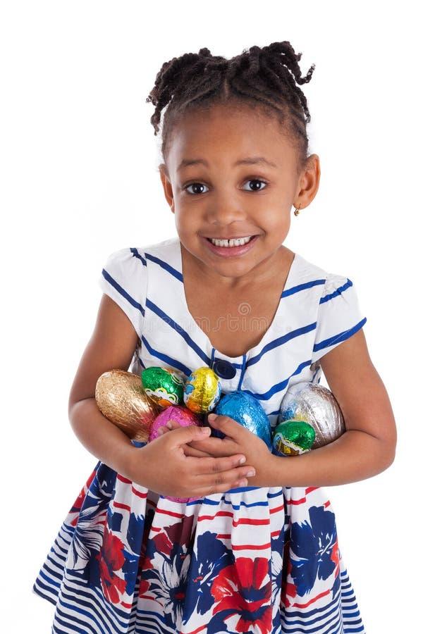 κορίτσι αυγών Πάσχας σοκολάτας που κρατά λίγα στοκ εικόνες