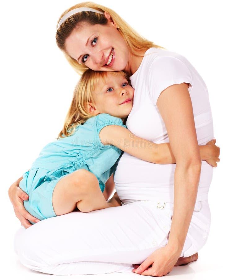 κορίτσι αυτή που αγκαλιάζει τη μητέρα έγκυο στοκ φωτογραφίες με δικαίωμα ελεύθερης χρήσης
