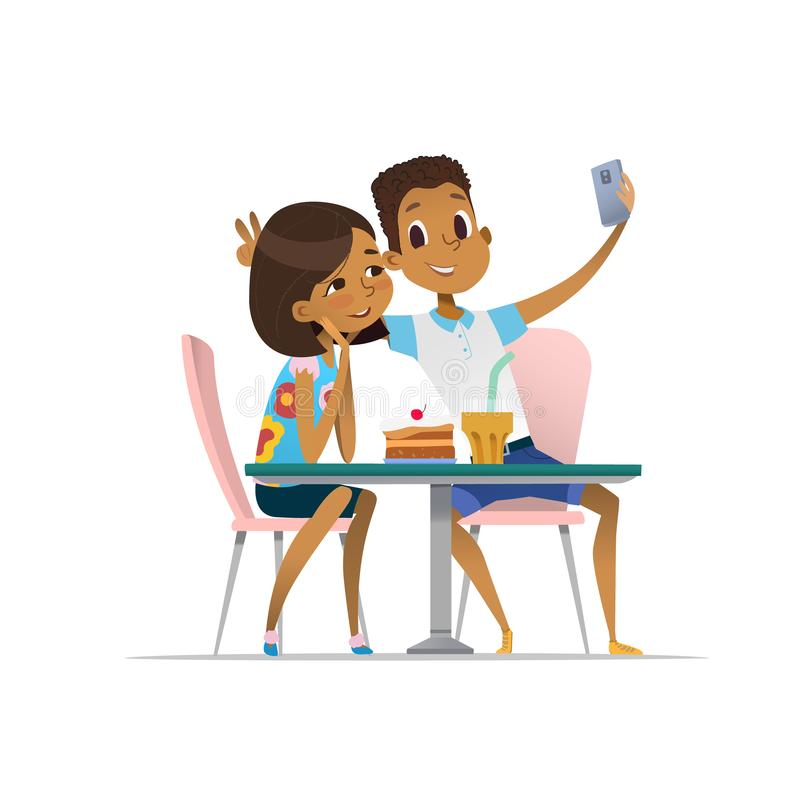 Κορίτσι αφροαμερικάνων και συνεδρίαση των αγοριών στον καφέ α και λήψη selfie Φίλοι εφήβων στο εστιατόριο που παίρνει τη φωτογραφ απεικόνιση αποθεμάτων