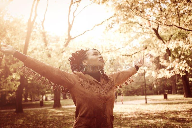 Κορίτσι αφροαμερικάνων με τις ανοικτές αγκάλες που χορεύουν στο λιβάδι στοκ φωτογραφίες με δικαίωμα ελεύθερης χρήσης