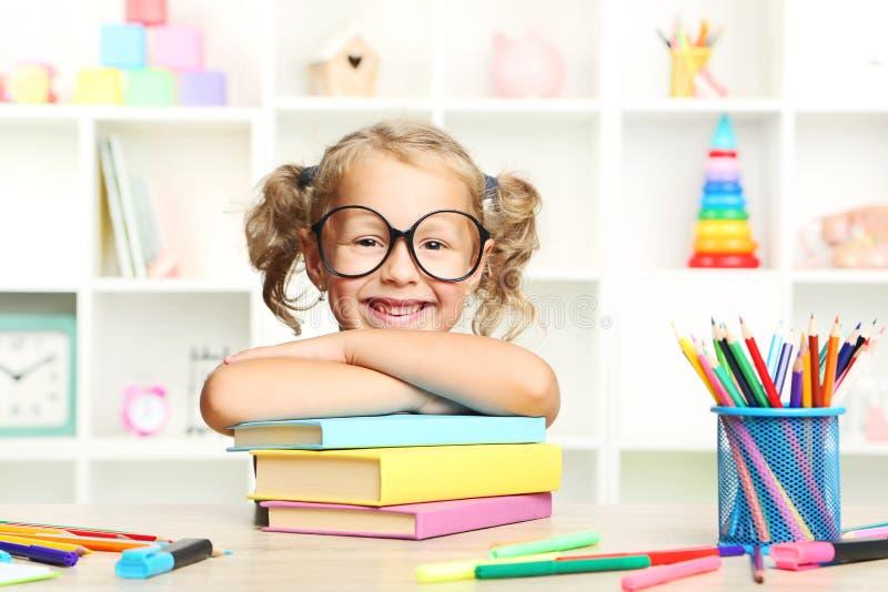 κορίτσι βιβλίων λίγα στοκ εικόνες