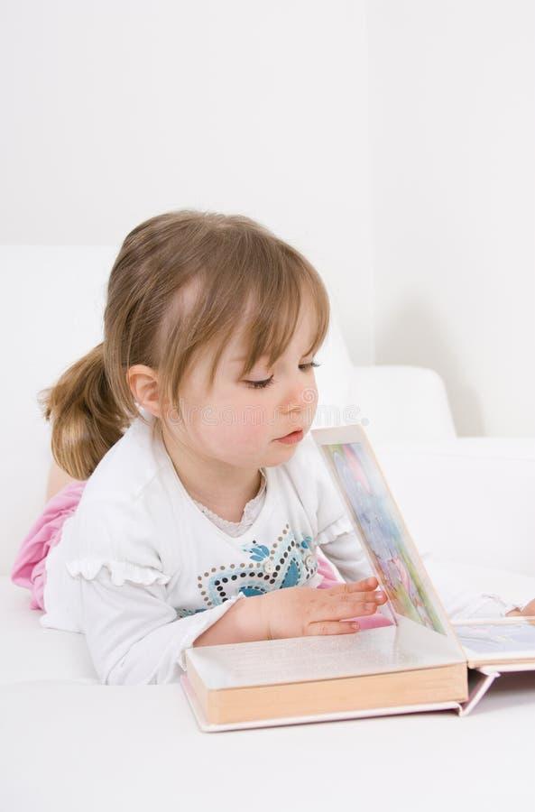 κορίτσι βιβλίων λίγη ανάγν&omeg στοκ φωτογραφίες