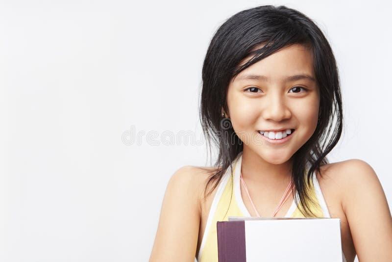 κορίτσι βιβλίων που κρατά & στοκ φωτογραφία