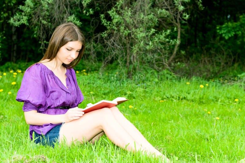 κορίτσι βιβλίων όμορφο στοκ φωτογραφία με δικαίωμα ελεύθερης χρήσης