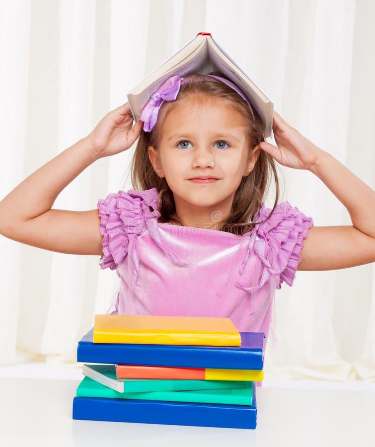 κορίτσι βιβλίων ευτυχές &la στοκ φωτογραφία με δικαίωμα ελεύθερης χρήσης