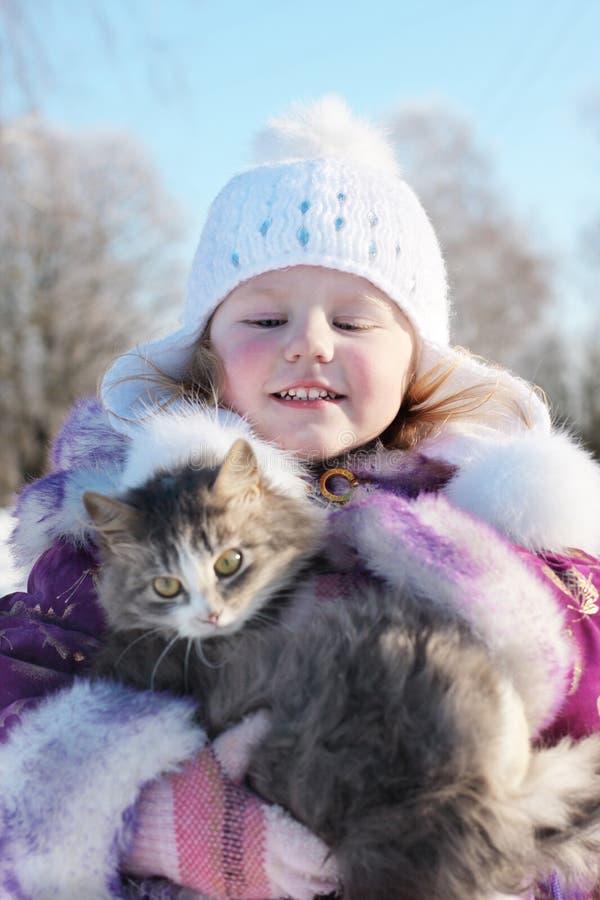 κορίτσι γατών υπαίθριο στοκ φωτογραφία με δικαίωμα ελεύθερης χρήσης