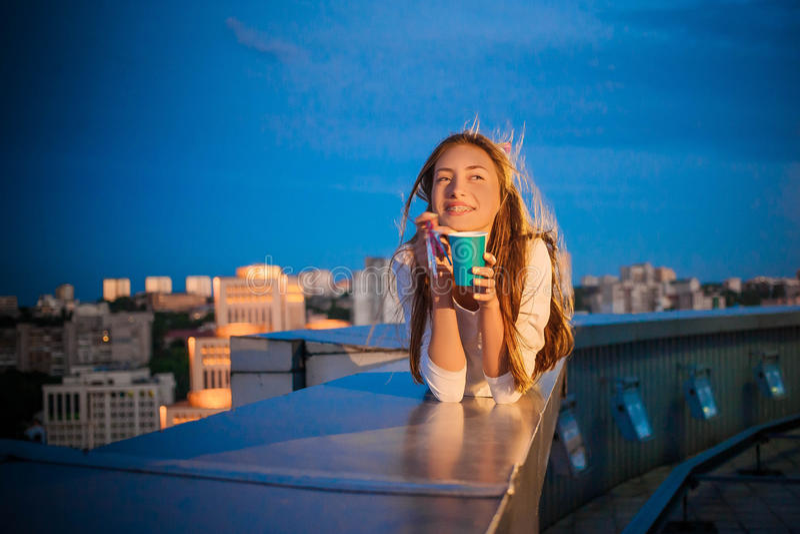 Κορίτσι γενεθλίων στα στηρίγματα στα πλαίσια μιας πόλης νύχτας στοκ φωτογραφίες