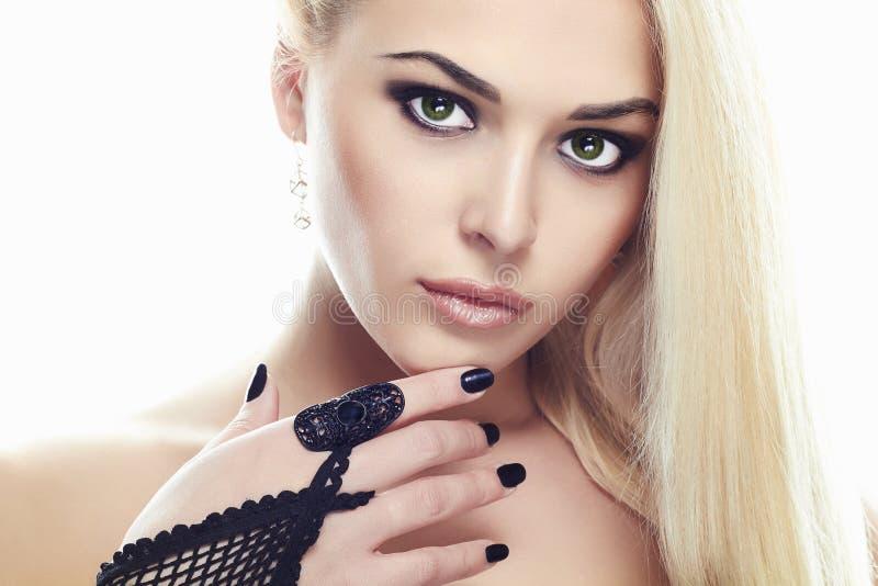 Κορίτσι γοητείας μόδας ομορφιάς που φορά τα γάντια στοκ εικόνα με δικαίωμα ελεύθερης χρήσης