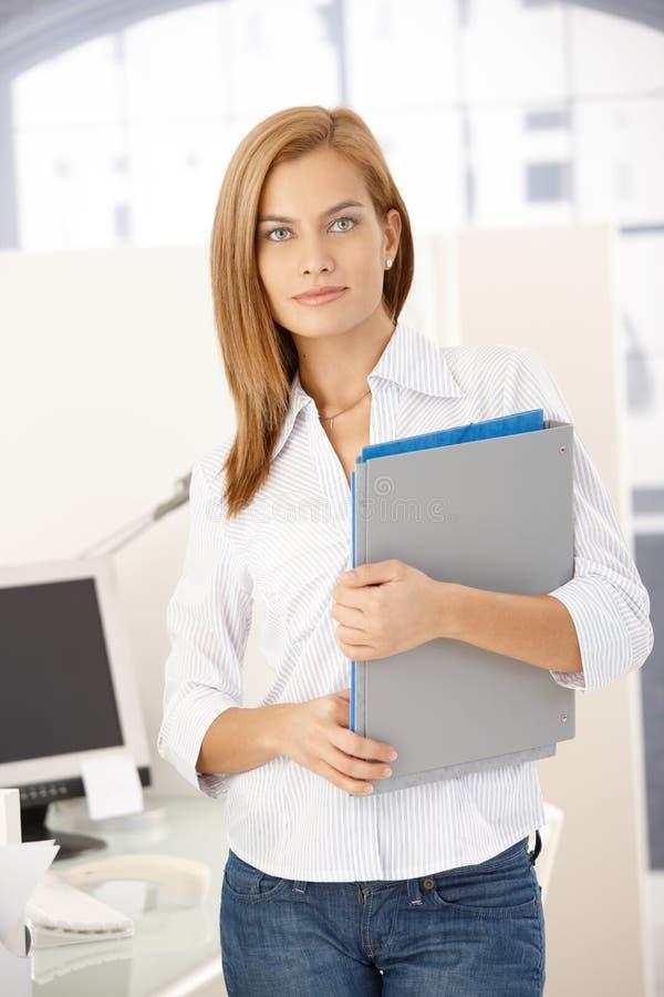 Κορίτσι γραφείων με τις γραμματοθήκες στοκ εικόνες με δικαίωμα ελεύθερης χρήσης