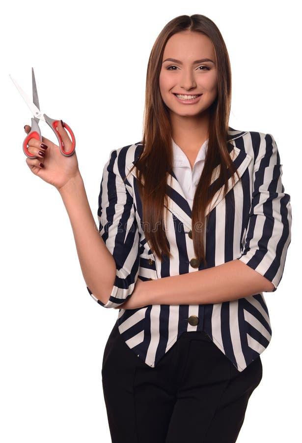 Κορίτσι γραφείων που παρουσιάζει ψαλίδι που απομονώνεται σε ένα άσπρο υπόβαθρο στοκ εικόνες