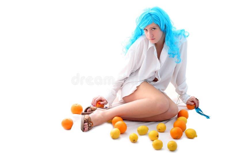Κορίτσι γυναικών με τα πορτοκάλια και τα λεμόνια στοκ εικόνες