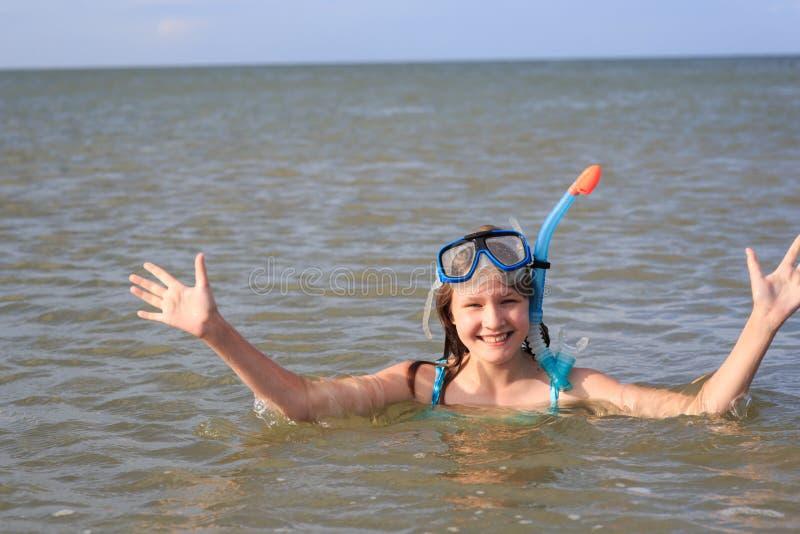 Κορίτσι δέκα τριών σε μια μάσκα για την κατάδυση στη θάλασσα στοκ εικόνα