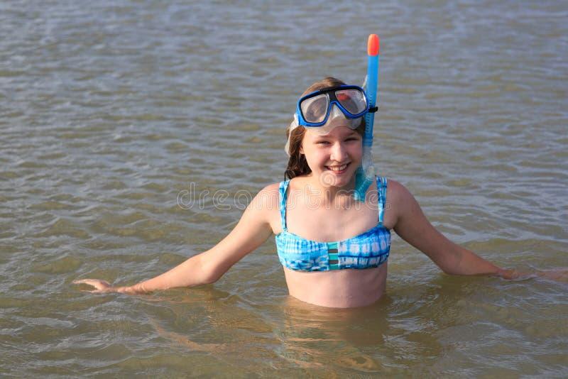 Κορίτσι δέκα τριών σε μια μάσκα για την κατάδυση στη θάλασσα στοκ εικόνα με δικαίωμα ελεύθερης χρήσης