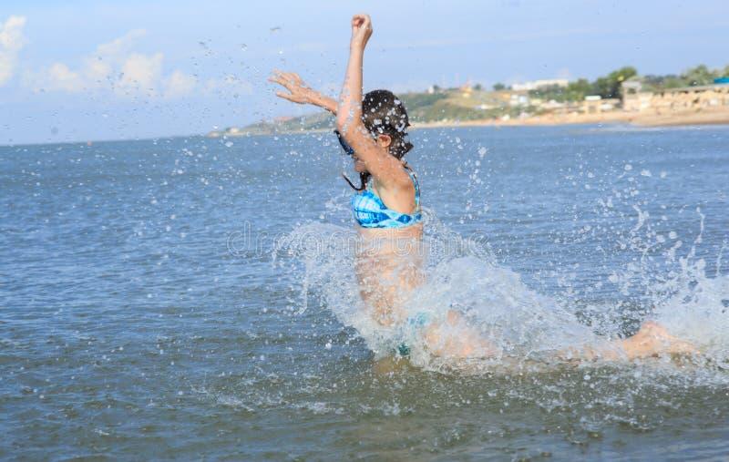 Κορίτσι δέκα τριών σε μια μάσκα για την κατάδυση στη θάλασσα στοκ εικόνες
